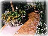 駐車スペースの奥の花壇