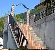 階段にアーチ